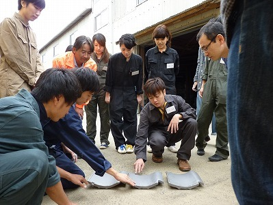 岡山県立大学生デザイン学部デザイン学科3年生コラボ屋根葺き体験