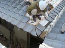 大学生と屋根葺き体験学習